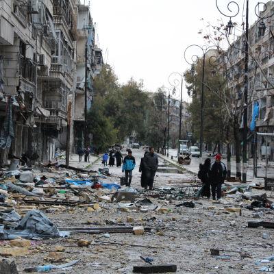 Sönderbombad gata i Aleppo.