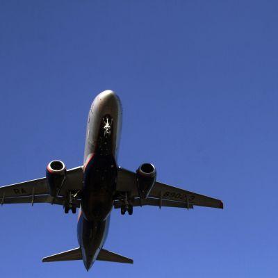 Ett flygplan på en blå himmel.