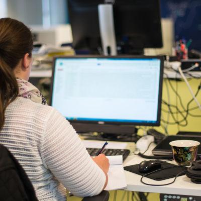 Kvinna vid datorskärm