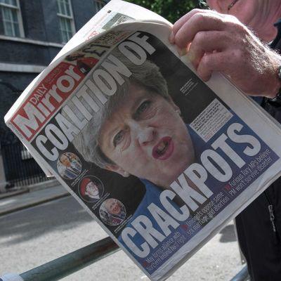 """""""Knäppskallarnas koalition"""" lyder rubriken på Daily Mirrors paradsida på söndagen. 10.6.2017."""