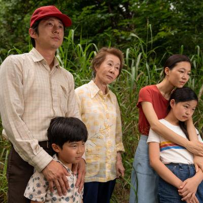 Jacob (Steven Yeun), sonen David (Alan S. Kim), svärmor Soon-ya (Yuh-Jung Youn), frun Monica (Yeri Han) och dottern Anne (Noel Cho) står tillsammans i ett grönt landskap.