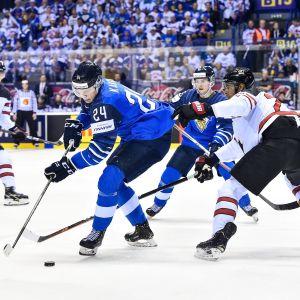Kaapo Kakko har puken, omringad av flera kanadensiska spelare