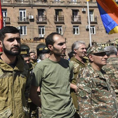 Frivilliga samlades på ett torg i Armeniens huvudstad Jerevan på söndagen för att bege sig till Nagorno-Karabach, för att försvara utbrytarrepubliken som också kallas  Republiken Artsach.