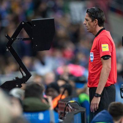 Fotbollsdomare videogranskar domslut.