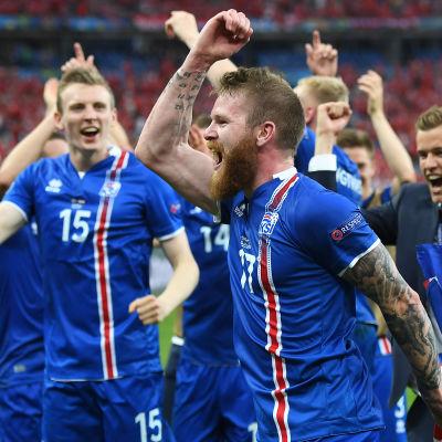 Landslagsspelaren Aron Gunnarsson firar Islands seger i gruppspelet i EM 2016.