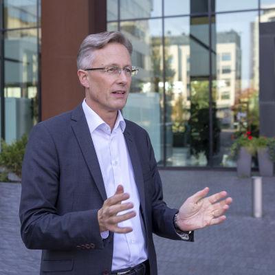 LähiTapiolan yhtiöryhmän johtaja Jari Eklund kuvattuna LähiTapiolan pääkonttorin edustalla (puolikuva, katsoo kameran ohi oikealle, elehtii käsillä).