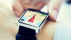 En smartklocka med en karta på displayn.
