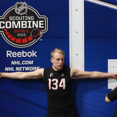 NHL-klubbarna vill veta allt före de väljer spelare. Här mäts Patrik Laines räckvidd.