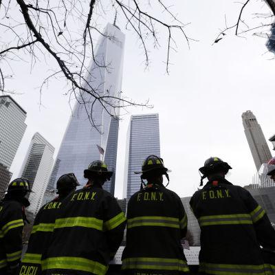 Brandmän i New York hedrar minnet av kolleger och andra som dödade i terrorattackerna den elfte september år 2011