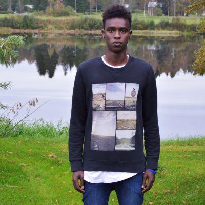 Jabril Olol Warsame ser in i kameran.