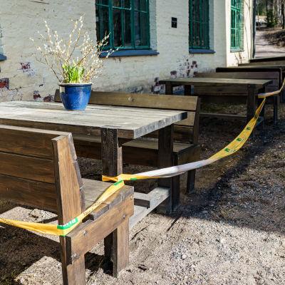 En terrass som stängts med förbudsband.