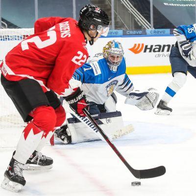 Kanadas Dylan Cozens med pucken vid det finländska målet.