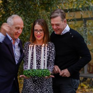 Luciajuryn med Stefan Lundberg, Anna Bäck och Riko Eklundh tänder en luciakrona med levande ljus.