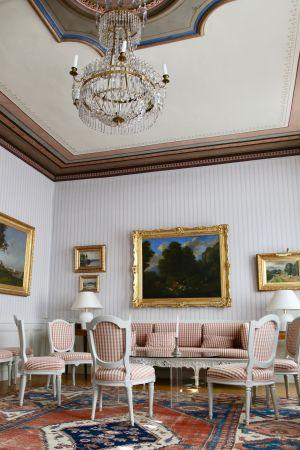 Hakoisten kartanon alakerran salongissa on komea kattonäkymä. Kuva Riikka-Maria Pöllä.