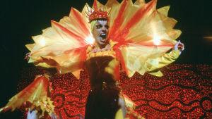 Hugo Weavingin näyttelemä drag queen täydessä loistossaan. Kuva elokuvasta Priscilla, aavikon kuningatar.