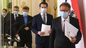 Österrikes regering uppträder med andningsskydd.