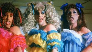 Drag queen -kolmikko meikeissä ja baby doll -vaatteissa. Kuva elokuvasta Priscilla, aavikon kuningatar.