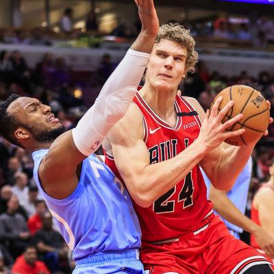 Chicagos Lauri Markkanen i en duell med Minnesotas Josh Okogie.