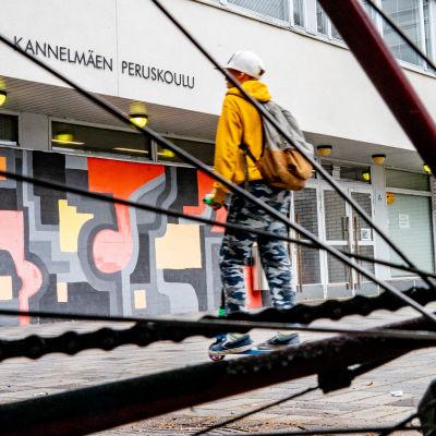 Kannelmäen peruskoulu Runonlaulajantiellä.