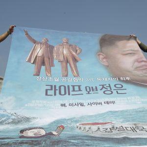 Det finns omkring 30 000 nordkoreanska avhoppare i Sydkorea. De flesta håller låg profil, men en liten del av dem deltar i verksamhet mot Nordkorea bland annat genom att skicka regeringskritiska flygblad med ballonger till Nordkorea