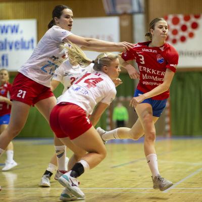 Kathlen Ax och Ella Holopainen försvarar mot Tove Salokivi.