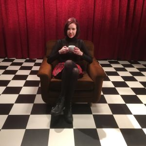 David Lynch -fani Elina Iida Sofia Hirvonen istuu studiossa kahvikuppi kädessä.
