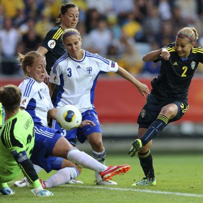 Tinja-Riikka Korpela, Anna Westerlund och Tuija Hyyrynen, Finland-Sverige, EM 2013.