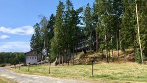 vy över fastigheter i ybbersnäs som ligger i en kulle.