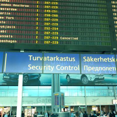 Säkerhetskontroll vid Helsingfors-Vanda flygplats.