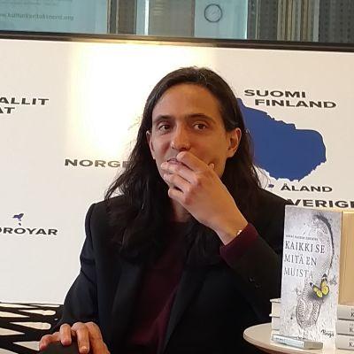 """Jona Hassen Khemiri på presskonferensen för boken """"Kaikki se mitä en muista"""""""