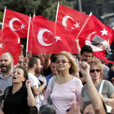 Flera demonstrerade under Gezi-parkens öppningsceremoni.