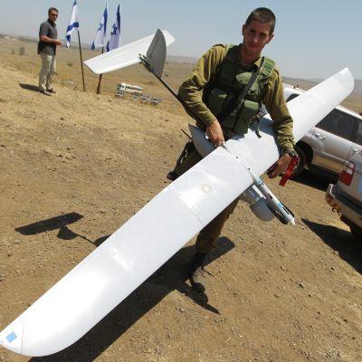 Israelilainen sotilas pitelee tiedustelulennokkia.
