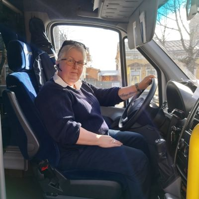 Kvinnlig busschaufför