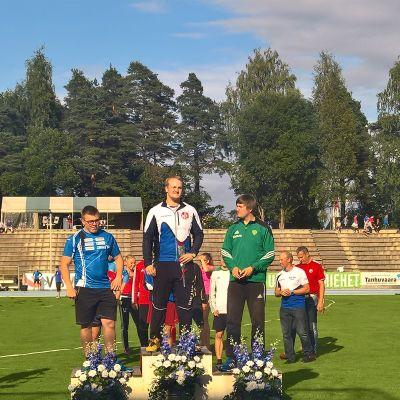 Släggkastarna Aaron Kangas, Aleksi Jaakkola och Roope Auvinen på pallen i U19 FM i Villmanstrand 2016.