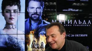 Regissören Aleksej Utjitel rör sig numera med livvakt