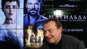 Ryska regissören Aleksej Utjitel har regisserat den kontroversiella filmen Matilda, somlandets sista tsar Nikolaj II och hans kärleksrelation balettdansösen Matilda Ksjesinskaja.