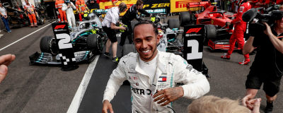 Lewis Hamilton springer mot stallpersonalen