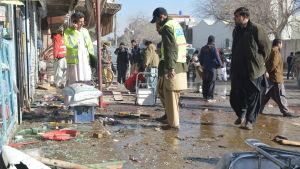 Minst 15 personer dödades i en självmordsattack mot poliser som skyddade hälsovårdsarbetare som vaccinerar barn mot polio