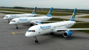 Tre flygplan parkerade på flygplatsen