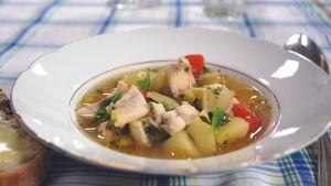 Fisksoppa gjord på lokal fisk