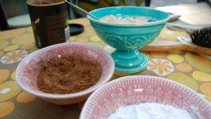 Olika pulver i skålar