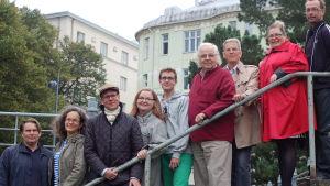 Psalmbokstilläggskommitten på Johanneskyrkans trappa