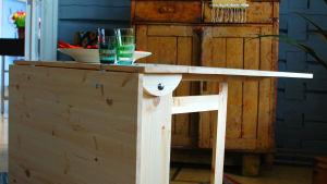 Puinen klaffipöytä Strömsön salissa.