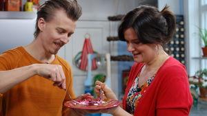Paul och Camilla smakar på tunnpannkakan.