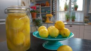 En burk med marockanska inlagda citroner