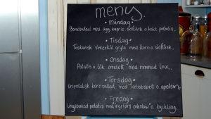 Meny för veckan skriven på en krittavla i Strömsö köket