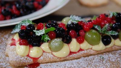 Mandelbiskvibotten toppad med lagerbladskräm, vinbär och krusbär