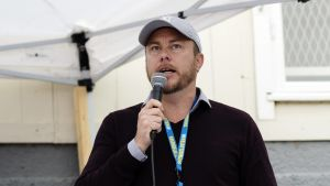 Jonas Karlsson talar i mikrofon.