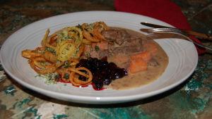 Älgstek med örtrullade potatislockar och svartvinbärsgelé