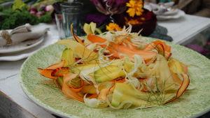 Sallad gjord på ny skördade grönsaker.